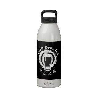Elaboración de la cerveza del arte negro y blanco botallas de agua