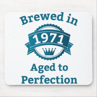 Elaborado cerveza envejecido en 1971 a la alfombrilla de ratones
