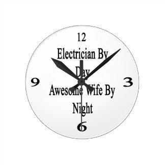 Electricista de la esposa impresionante del día reloj redondo mediano