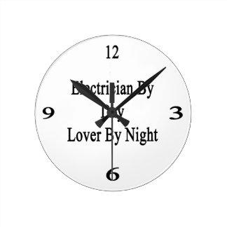 Electricista del amante del día por noche reloj redondo mediano
