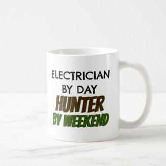 Electricista del cazador del día por fin de semana taza de café