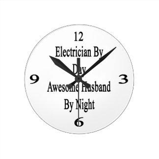 Electricista del marido impresionante del día por reloj redondo mediano