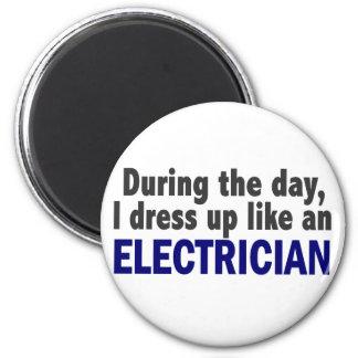 Electricista durante el día imán redondo 5 cm