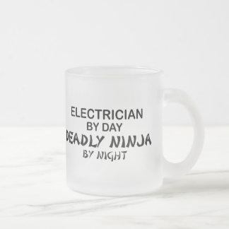 Electricista Ninja mortal por noche Taza De Cristal