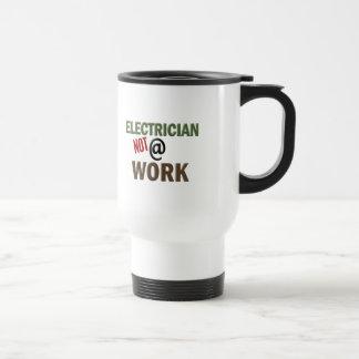 Electricista NO en el trabajo Taza De Viaje