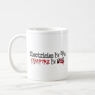 Electricista por día, vampiro por noche taza básica blanca