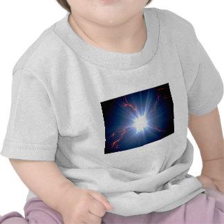 Electro-carga que brilla intensamente grande sobre camisetas