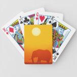 Elefante africano que camina en la puesta del sol, barajas