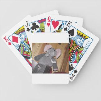 Elefante al azar en piso barajas de cartas