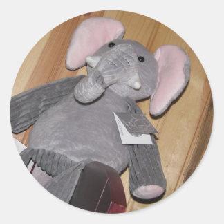 Elefante al azar en piso pegatina redonda