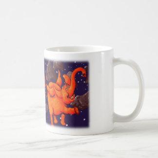 Elefante anaranjado del espacio taza básica blanca