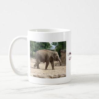 Elefante asiático que camina en la taza o el vidri