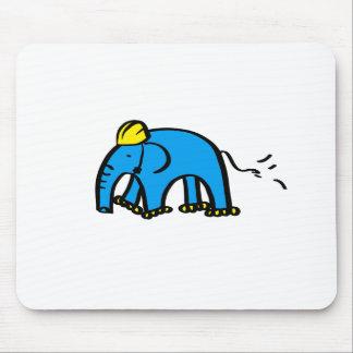 Elefante azul de Rollerblading con el casco Mousepad