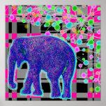 Elefante azul en el poster rosado del fondo de la