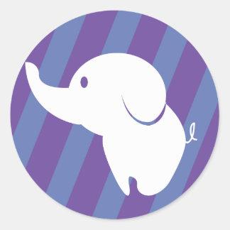 Elefante blanco lindo con el fondo de la diversión pegatina redonda