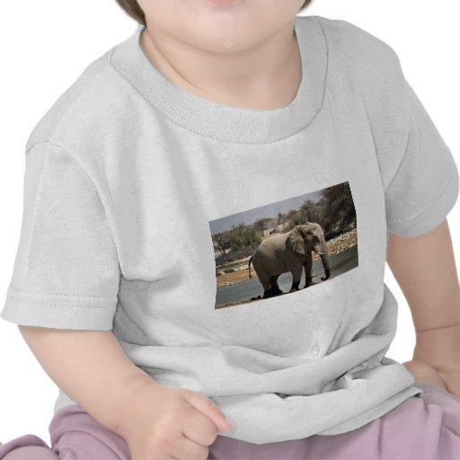 Elefante con los calcetines del fango camisetas
