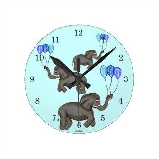 Elefante de la celebración (azul) reloj redondo mediano