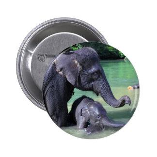 Elefante de la madre y del bebé en el río pin redondo 5 cm