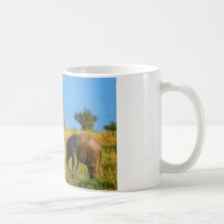 Elefante de la madre y del bebé taza clásica