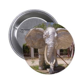 Elefante de la plata en la playa de Kenia Pin Redondo De 2 Pulgadas
