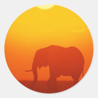Elefante de la puesta del sol pegatina redonda
