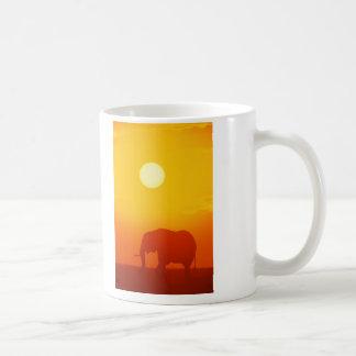 Elefante de la puesta del sol taza