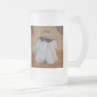 Elefante de la toalla con las gafas de sol jarra de cerveza esmerilada