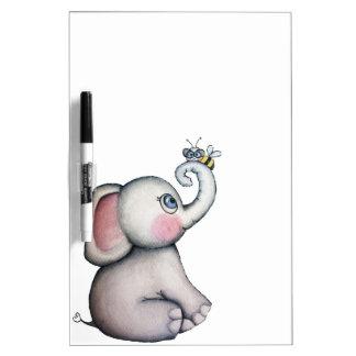 Elefante del bebé con el tablero seco del borrado  pizarra