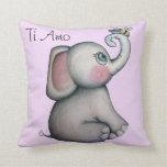 Elefante del bebé con la almohada del rosa de la a