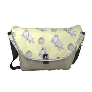 Elefante del bebé con la bolsa de mensajero del bolsa de mensajeria