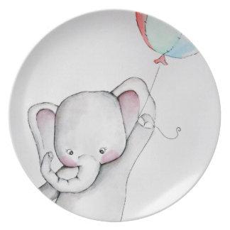 Elefante del bebé con la placa del globo plato