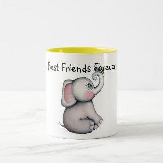 Elefante del bebé con la taza de los amigos de la