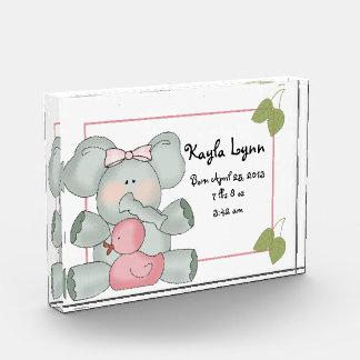 Elefante del bebé del chica con el pato de goma ro
