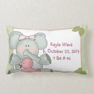 Elefante del bebé del chica en verde con el pato d almohadas