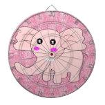 Elefante del bebé del dibujo animado en rosa en el tablero dardos