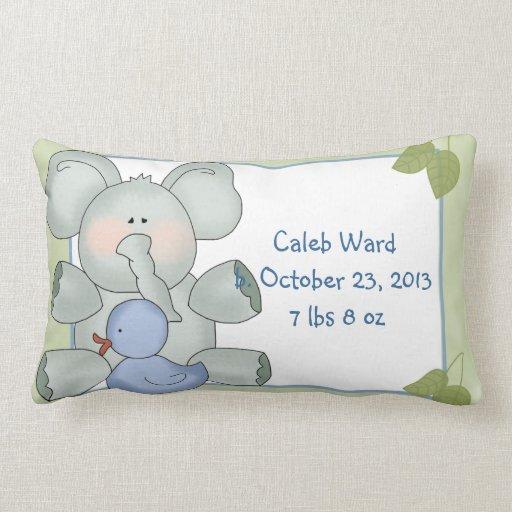 Elefante del bebé del muchacho en verde con el pat almohadas