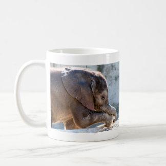 Elefante del bebé taza clásica