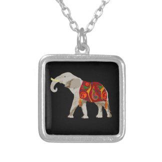 Elefante del circo collar plateado