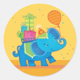 Elefante del cumpleaños con los globos y el pegatina redonda