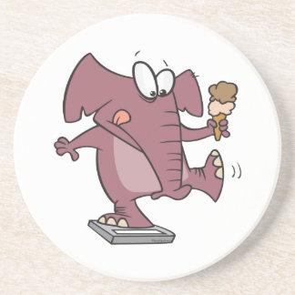 elefante divertido en escala con helado posavasos cerveza