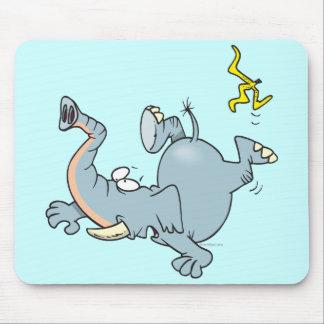 elefante divertido que se desliza en la cáscara de alfombrilla de ratones
