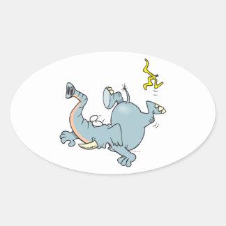 elefante divertido que se desliza en la cáscara pegatina ovalada