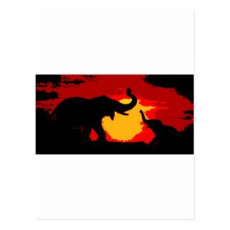 Elefante, elefante del bebé y puesta del sol tarjeta postal