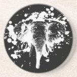 Elefante enojado en blanco posavasos manualidades