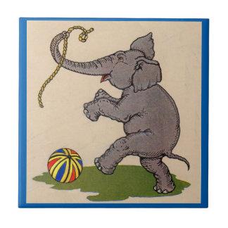 elefante feliz que juega con la cuerda y la bola azulejo cuadrado pequeño