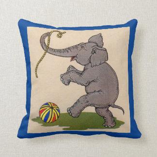 elefante feliz que juega con la cuerda y la bola cojín