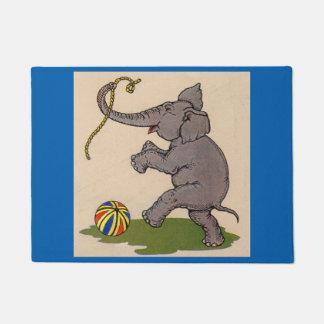 elefante feliz que juega con la cuerda y la bola felpudo