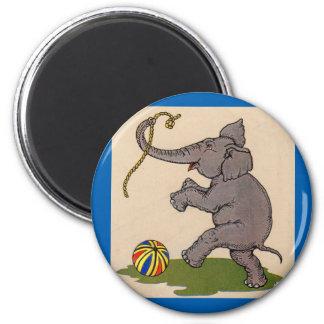 elefante feliz que juega con la cuerda y la bola imán redondo 5 cm