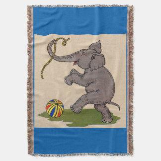elefante feliz que juega con la cuerda y la bola manta