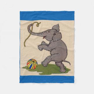 elefante feliz que juega con la cuerda y la bola manta de forro polar